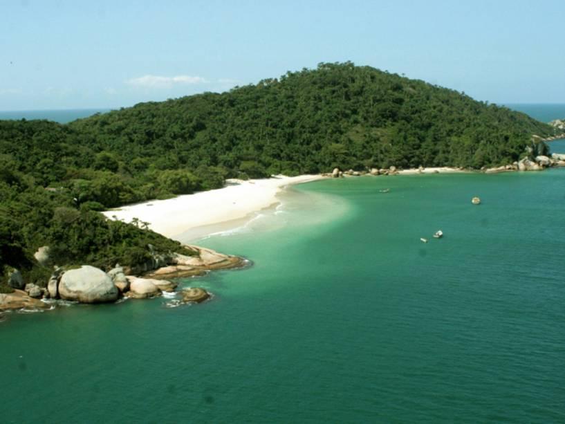 A praia de areia branca e o mar azul caribenho da Ilha do Campeche é uma das paisagens mais espetaculares de Floripa