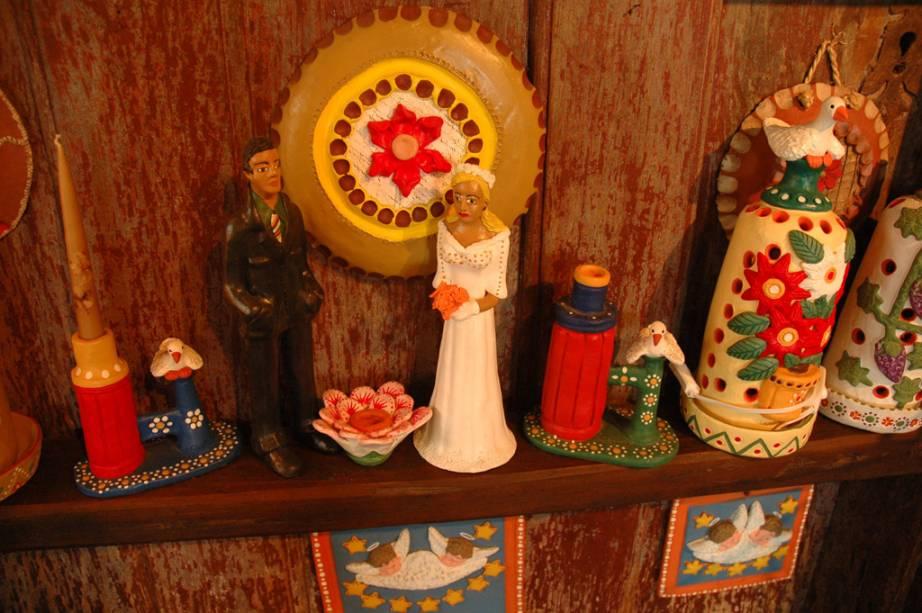 A tradição de fazer peças de cerâmica e pintá-las com cores vivas é um legado dos colonizadores açorianos.