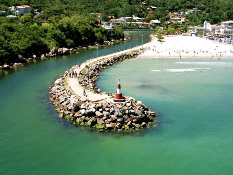 A urbanizada e animada praia da Barra da Lagoa oferece bares e restaurantes populares, além de um importante centro pesqueiro