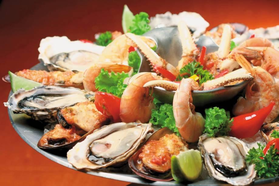 Porção de ostras, frutos do mar e camarão do box 32 do mercado municipal de Florianópolis
