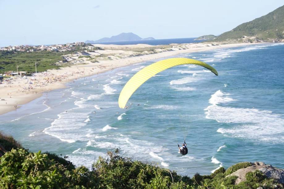 Os voos de parapente são operados a partir da Lagoa da Conceição ou da Praia Mole