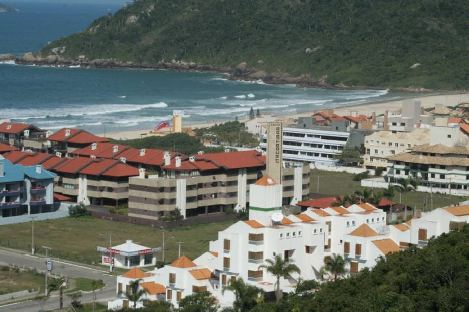Como o nome sugere, a Praia Brava tem ondas fortes, ideais para a prática do surf.