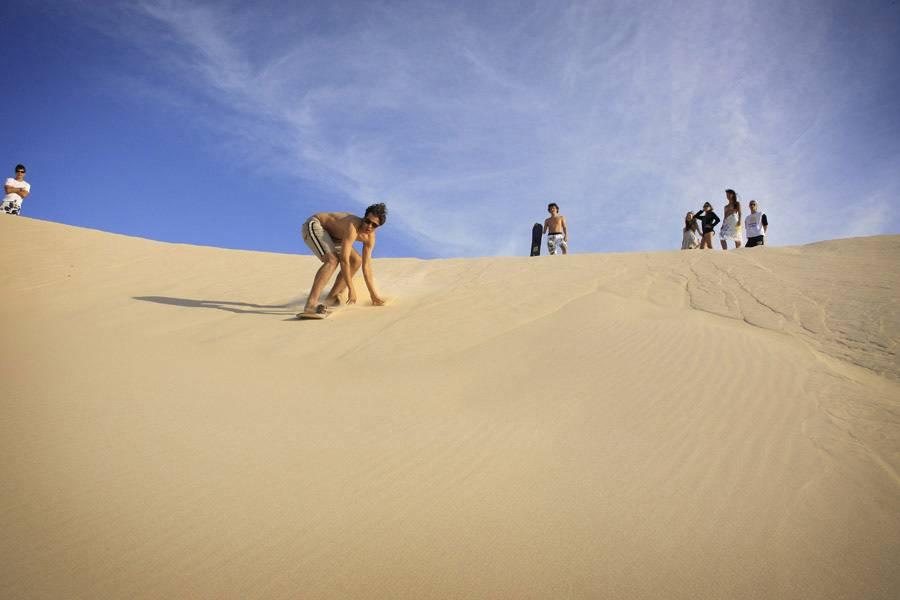 A Praia do Santinho em Floripa (SC) com sua areia branca e compacta, as dunas ao fundo e o mar de ondas fortes é um lugar ideal para caminhadas e sandboard.