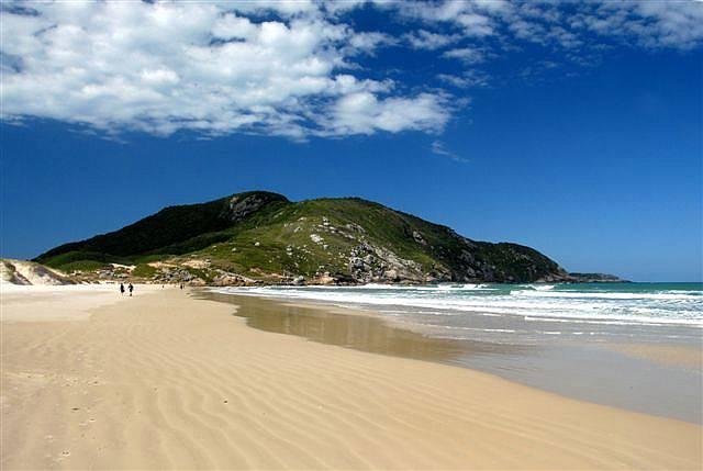 Moçambique faz parte da Reserva Florestal do Rio Vermelho e, com 7,5 quilômetros de extensão, possui a maior faixa de areia de Florianópolis