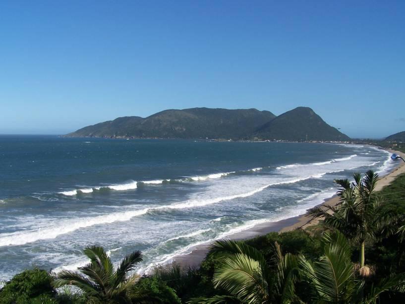 Em uma vila de pescadores, a Praia da Armação é animada na área central e tranquila à esquerda, a terra dos surfistas