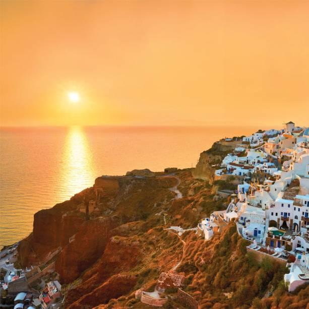 Quem precisa de praia quando há casas caiadas de branco e o pôr do sol em Santorini?