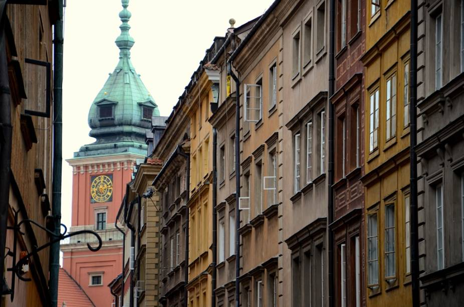 Por um período de cinco anos, Varsóvia foi devastada por combates sangrentos, bombardeios nazistas e destruição sistemática em retaliação no Levante de 1944. Depois de muito debate, a cidade foi completamente reconstruída, incluindo o antigo palácio real ao fundo.  Hoje a área é declarada Patrimônio da Humanidade pela Unesco.