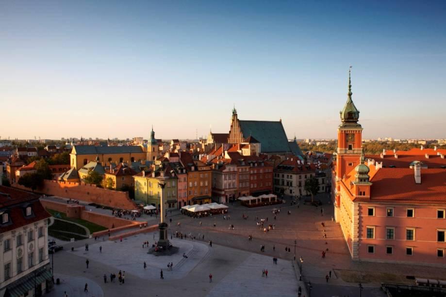 Vista geral da Cidade Velha de Varsóvia, com foco no Castelo Real à direita.  No centro da praça está o monumento a Sigismondo III Vasa e as partes esquerdas das paredes
