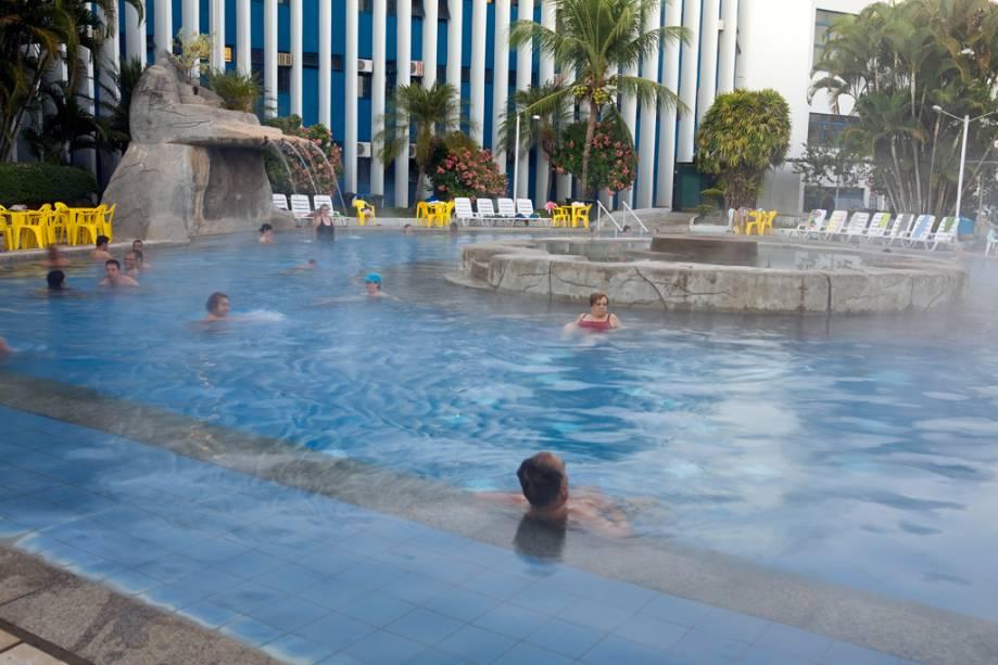 """O epicentro dos hotéis em""""http://viajeaqui.abril.com.br/cidades/br-go-caldas-novas"""" rel =""""Caldas Novas"""" Objetivo =""""_vazio""""> Caldas As novas são piscinas termais.  Os apartamentos também têm pelo menos uma piscina aquecida"""" class=""""lazyload"""" data-pin-nopin=""""true""""/></div> <p class="""