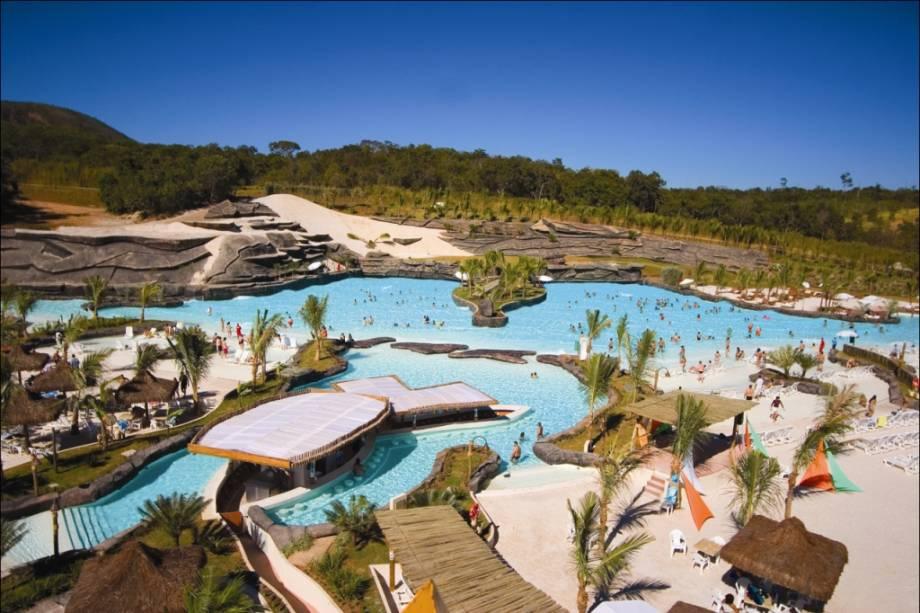 """OU""""http://viajeaqui.abril.com.br/estabelecimentos/br-go-rio-quente-atracao-hot-park"""" rel =""""Parque aquecido"""" Objetivo =""""_vazio""""> Hot Park, ao lado daquele""""http://viajeaqui.abril.com.br/estabelecimentos/br-go-rio-quente-hospedagem-rio-quente-resorts-hotel-turismo"""" rel =""""Resort Rio Quente"""" Objetivo =""""_vazio""""> Os resorts do Rio Quente em Goiás estão longe dos parques aquáticos óbvios.  Oferece atividades como toboáguas, tirolesas, rapel, mergulho, vôlei e futebol de areia.  Destaque para a praia do Cerrado, a maior praia do mundo com águas mornas e naturais.  É divertido para toda a família."""" class=""""lazyload"""" data-pin-nopin=""""true""""/></div> <p class="""