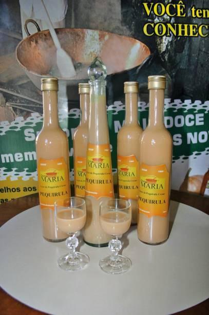 """UMA """"Pequirula"""" é uma versão do licor Amarula de Pequi, fruta típica do Cerrado.  A bebida acabou""""http://viajeaqui.abril.com.br/estabelecimentos/br-go-caldas-novas-atracao-doces-caseiros"""" rel =""""Boutique Dona Maria, no centro de Caldas Novas"""" Objetivo =""""_vazio""""> Loja Dona Maria no centro de Caldas Novas"""" class=""""lazyload"""" data-pin-nopin=""""true""""/></div> <p class="""