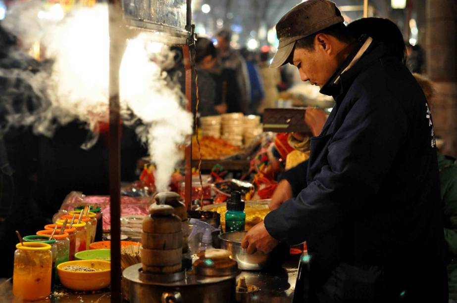 """<strong>Xi'an, China</strong> Primeiro vieram as rotas comerciais, depois os mercados, que mais tarde se tornaram cidades.  Cidades poderosas.  Mercado de ações como""""http://viajeaqui.abril.com.br/cidades/jordania-petra"""" rel =""""Petra"""" Objetivo =""""_vazio""""> Petra, bem""""http://viajeaqui.abril.com.br/paises/jordania"""" rel =""""Jordânia"""" Objetivo =""""_vazio""""> Jordânia ou Timbuktu no Mali são apenas alguns exemplos de culturas que vivem na passagem de preciosas caravanas em estradas históricas.  No entanto, nenhuma dessas trilhas era tão famosa quanto a Rota da Seda.  Dado""""http://viajeaqui.abril.com.br/paises/china"""" rel =""""China """" Objetivo =""""_vazio""""> A China no Mediterrâneo Oriental tornou este caminho duplo possível para uma troca infinita de conhecimentos, produtos e ideias.  Todas as cidades ao longo do caminho, como Damasco, Samarcanda e Kashgar, têm elementos relacionados a esse período intenso, assim como Xi'an na China.  A cidade no extremo leste da estrada é conhecida por suas paredes bem preservadas e o Exército de Terracota bárbaro.  No bairro muçulmano existe um mercado interessante com vários produtos, comida de rua, chá e, sim, peças de seda."""" class=""""lazyload"""" data-pin-nopin=""""true""""/></div> <p class="""