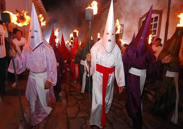 Procissão do Fogaréu na cidade de Goiás (GO) na quarta-feira da Semana Santa.  Evento cultural único no Brasil.