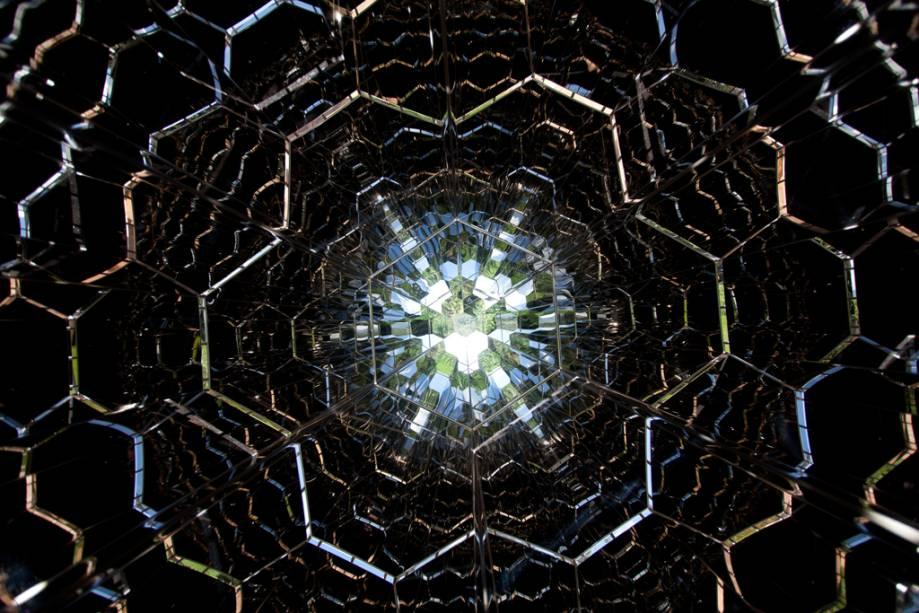 Imagem do imenso caleidoscópio de Olafur Eliasson, instalado no jardim do Instituto Inhotim