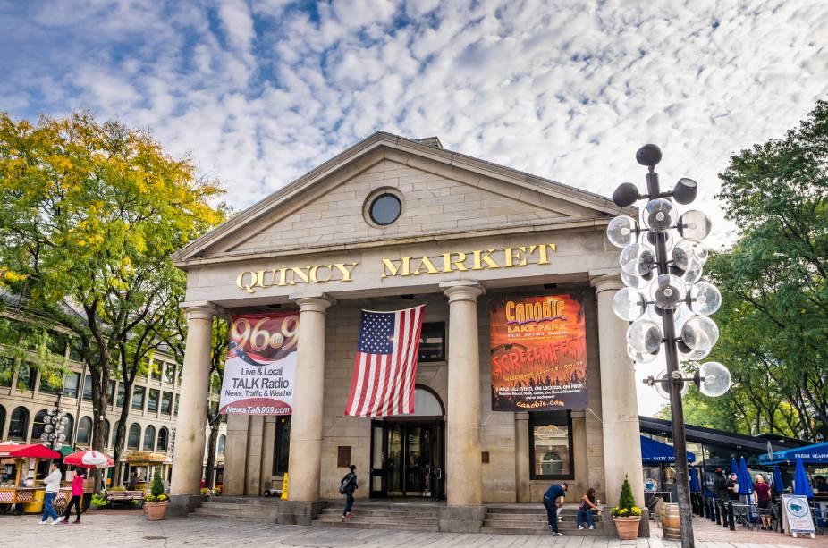 O Quincy Market oferece mais de quarenta lanchonetes e restaurantes.  Vale a pena fazer uma pausa nas caminhadas para almoçar aqui