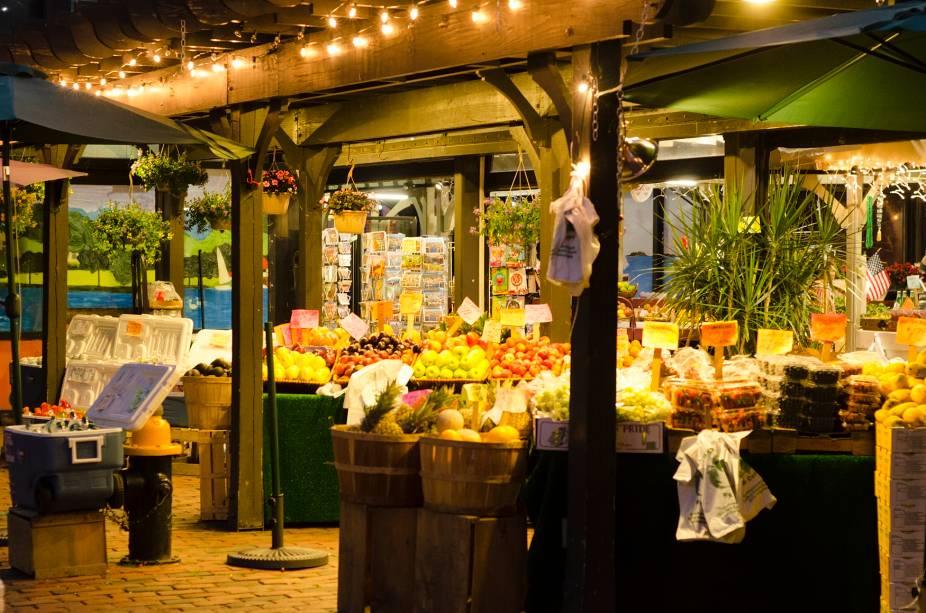 O Quincy Market tem vários vendedores e barracas e é um local popular para compras noturnas