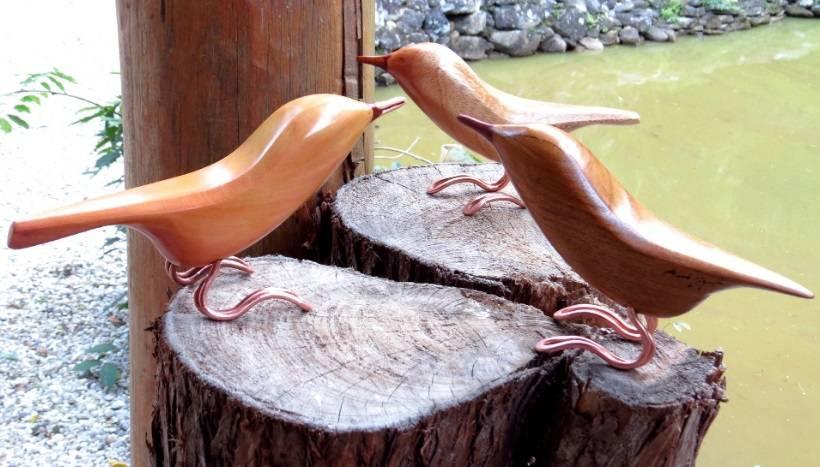 Passarinhos em madeira reciclada na oficina de Eduardo Miguel