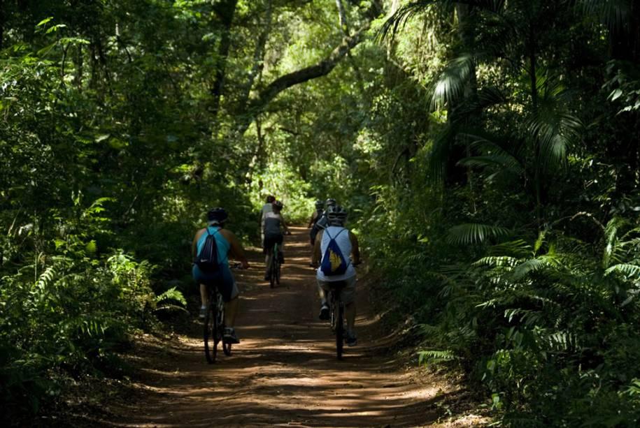 A trilha do Poço Preto, com 9 km de extensão, pode ser percorrida a pé ou de bicicleta pelas cachoeiras