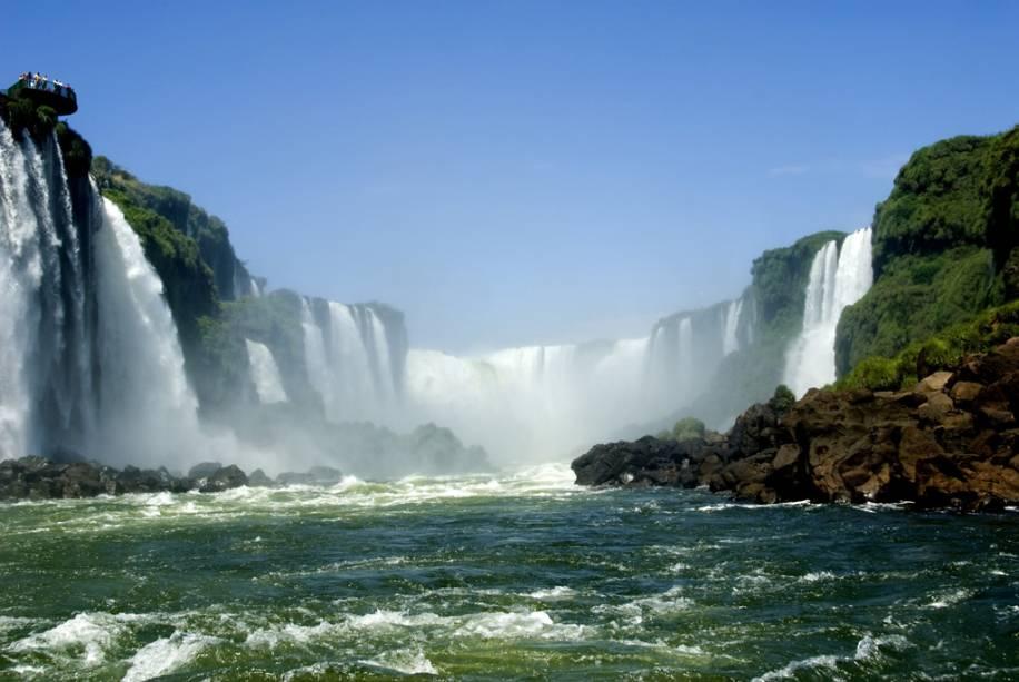Durante o passeio de barco Macuco Safari, o visitante fica muito próximo da Garganta do Diabo (ao fundo) e de outras cachoeiras locais.