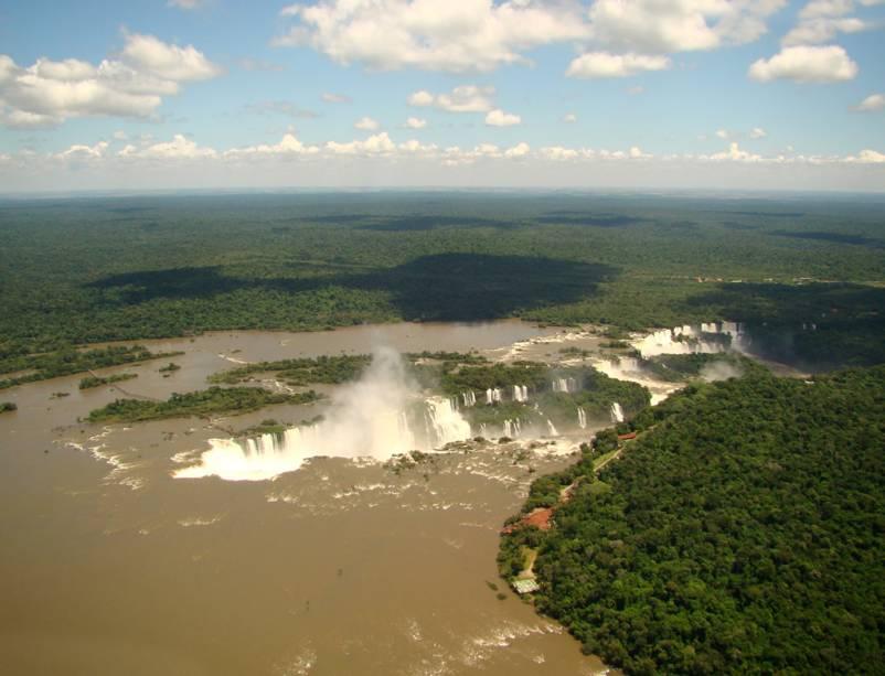 Vista aérea das Cataratas do Iguaçu, que o turista pode acessar em um passeio de helicóptero de 10 minutos