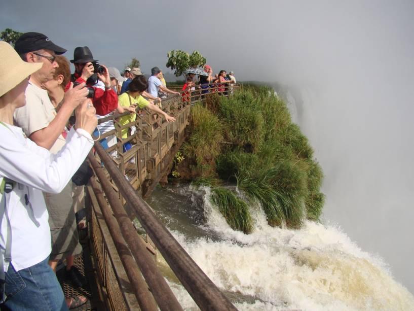 Do lado argentino das cataratas, a passarela que atravessa a parte superior da Garganta do Diabo tem mais de 1 km de extensão