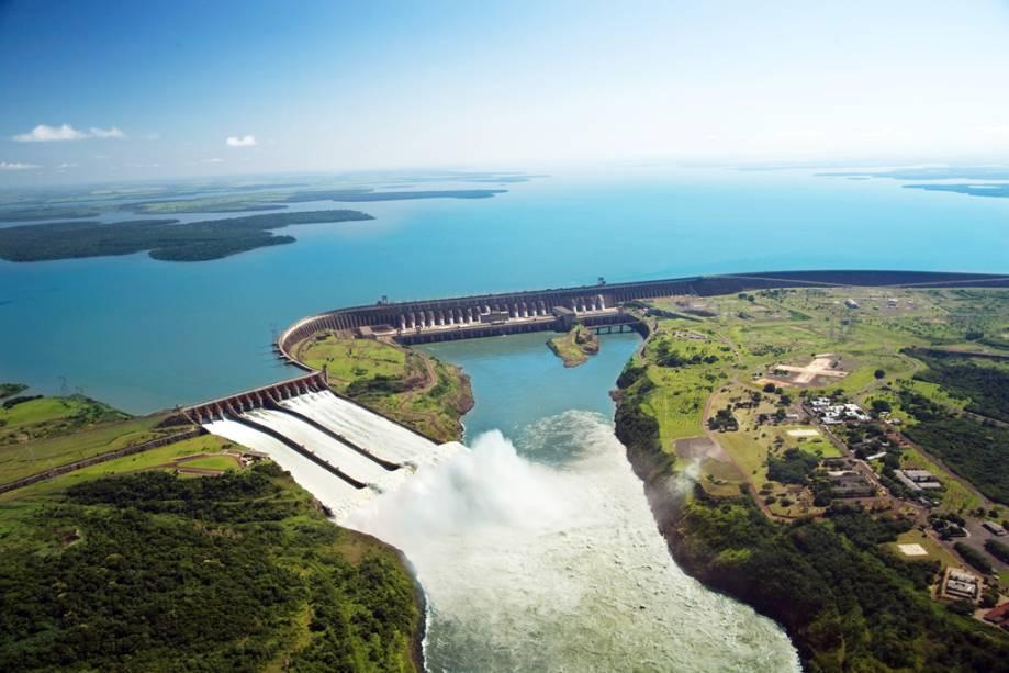 Existem três maneiras de conhecer a hidrelétrica de Itaipu: a rota básica do ônibus com parada no mirante;  o circuito especial com visita ao sistema interno e visita noturna