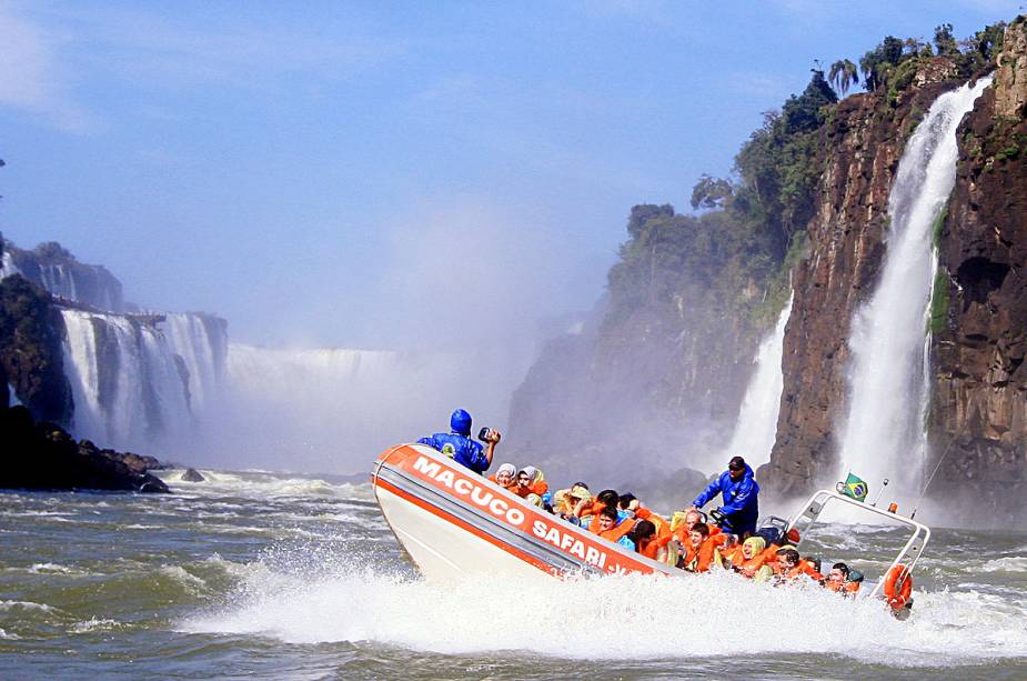 """OU""""http://viajeaqui.abril.com.br/estabelecimentos/br-pr-foz-do-iguacu-atracao-macuco-safari"""" rel =""""Macuco Safari"""" objetivo =""""_vazio""""> Macuco Safári leva os visitantes em um bote de borracha para vivenciar de perto os salpicos das cataratas"""" class=""""lazyload"""" data-pin-nopin=""""true""""/></div> <p class="""