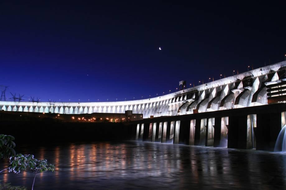 A visita à Hidrelétrica de Itaipu pode ser agendada para a noite.  O lugar se ilumina de emoção na frente dos turistas