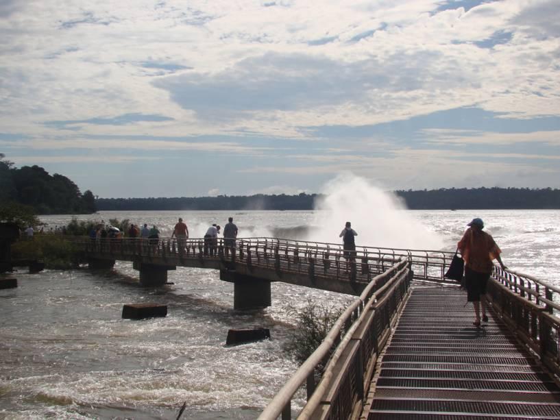 Do lado argentino você pode ver as cachoeiras de cima no caminho que atravessa o rio