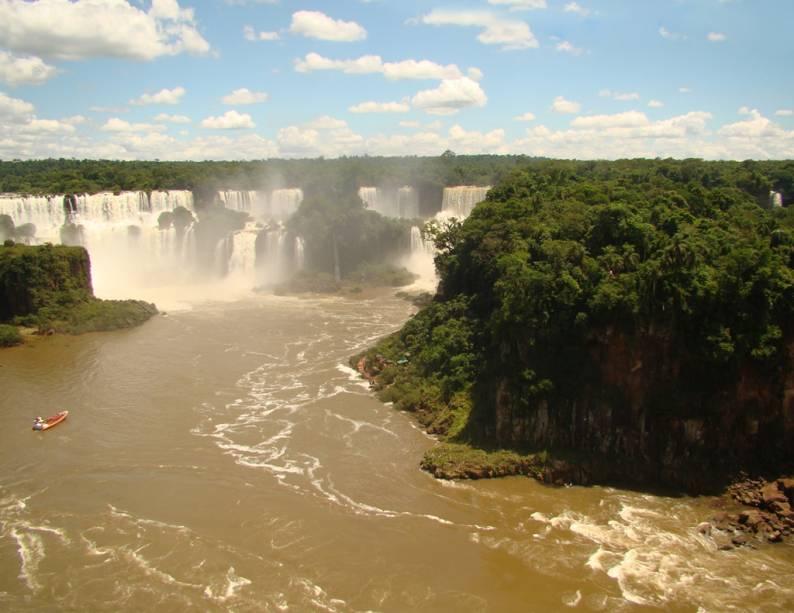 Do lado argentino das cataratas, o visitante tem acesso aos corredores superiores e inferiores e à ilha de San Martin.