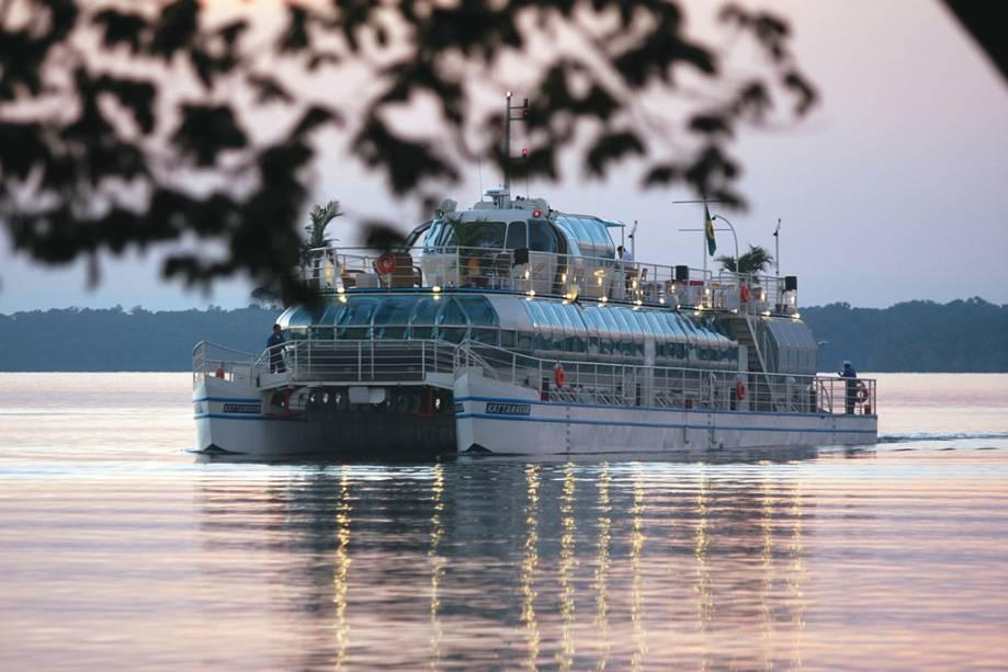 Existe a opção de fazer um cruzeiro noturno de catamarã no Lago de Itaipu, onde é possível ver a fábrica iluminada
