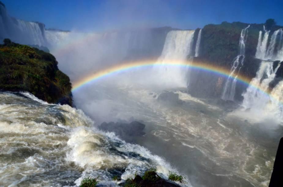 Devido aos fortes jatos d'água, a formação de arco-íris em vários pontos das quedas é constante e ainda mais evidente em dias de sol.