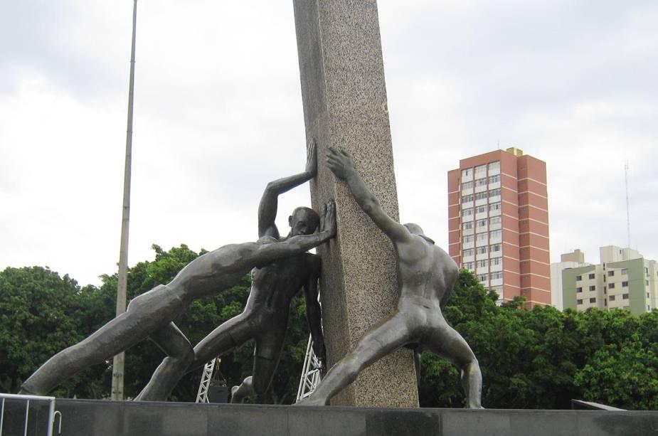 Na praça Pedro Ludovico Teixeira (antiga praça cívica), o monumento às três corridas homenageia os construtores da cidade de Goiânia: índios, brancos e negros.  A escultura de bronze de 300 quilos foi criada em 1968 pela artista Neusa Moraes