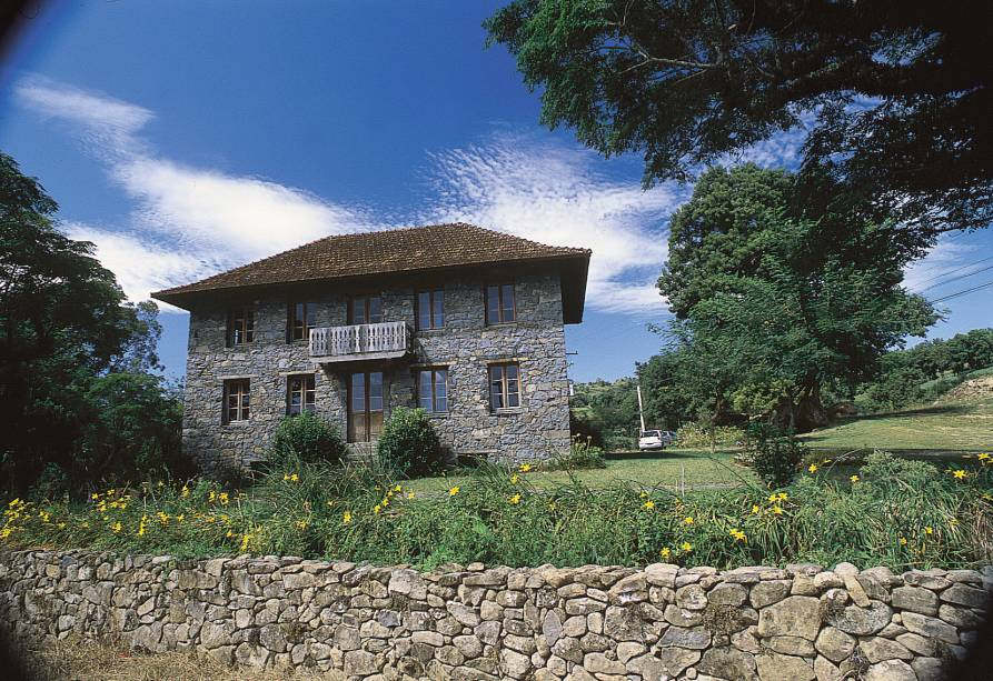 Na zona rural de Bento Gonçalves fica o Caminhos de Pedra, uma rua de 7km com 28 casas de pedra e madeira da era da imigração italiana.