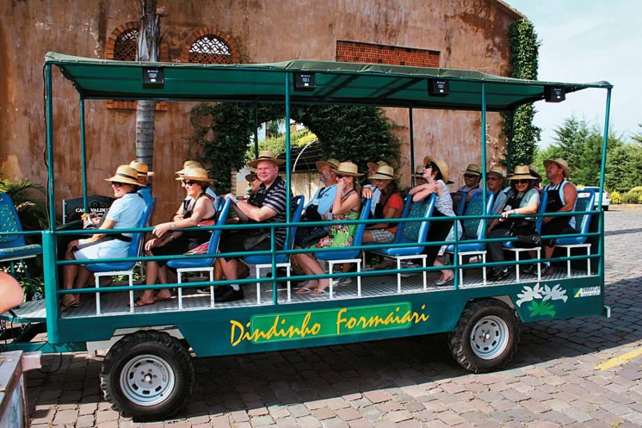 Turistas (jardineiros) visitam a Casa Valduga durante a festa da colheita, atração da vinícola Vale dos Vinhedos, em Bento Gonçalves