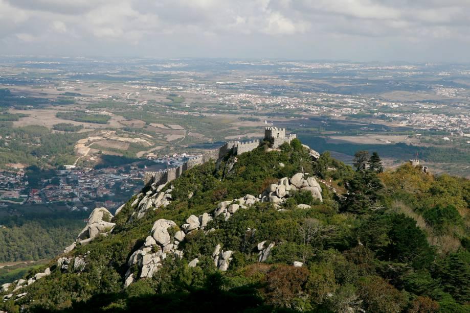 """Encrustado nas rochas, torres e paredes de vento que antes eram inexpugnáveis""""http://viajeaqui.abril.com.br/estabelecimentos/portugal-sintra-atracao-castelo-dos-mouros"""" rel =""""Castelo dos mouros"""" Objetivo =""""_vazio""""> Castelo dos Mouros.  Sim, grande parte de Portugal estava sob o controle do Islã entre os séculos VIII e XI, quando foi finalmente conquistado por Dom Afonso Henriques.  O castelo mouro é o único dos três criados para fins defensivos, com cidadelas e uma cidadela"""" class=""""lazyload"""" data-pin-nopin=""""true""""/></div> <p class="""