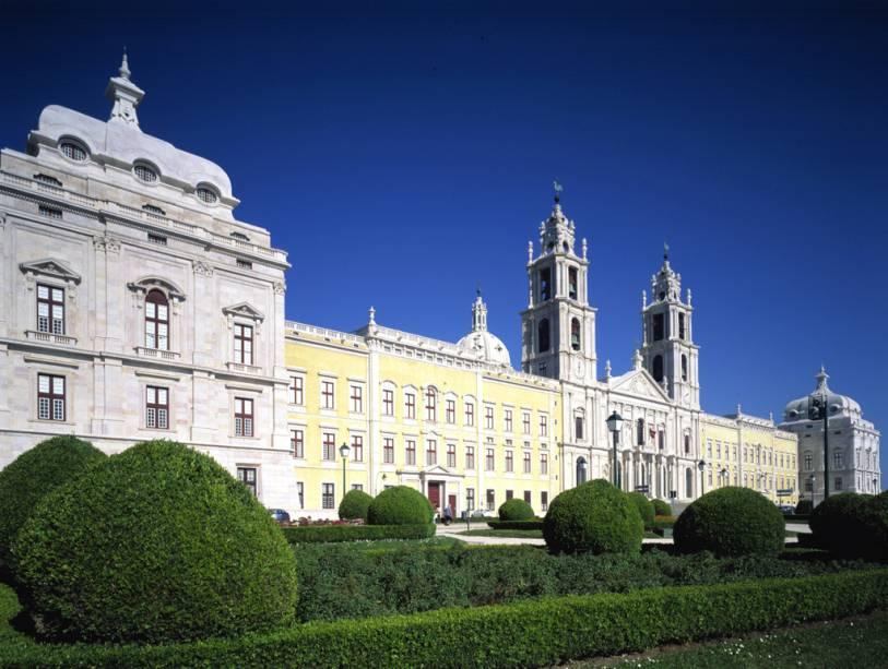 O Mosteiro de Mafra foi uma das residências da família real no século XIX.  Sua fachada se estende por 220 metros