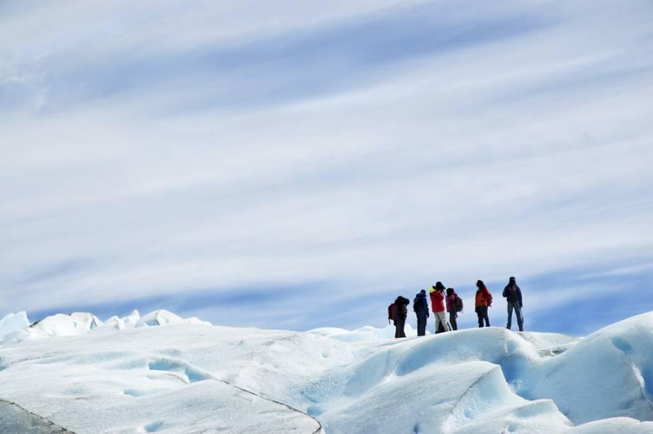 Após uma caminhada na superfície da Geleira Perito Moreno, os visitantes brindam com uísque e aproveitam o gelo da geleira