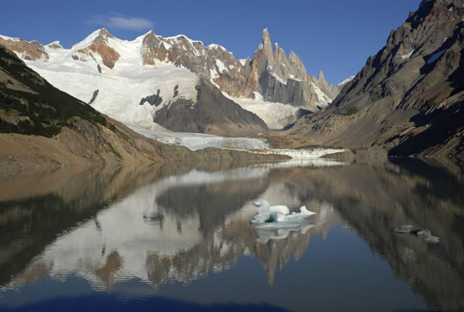 Para chegar ao sopé do Cerro Torre é preciso atravessar o rio, patinar no gelo e praticar escalada