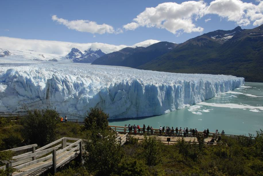 Na passarela de madeira, os visitantes podem ver os blocos caindo do Glaciar Perito Moreno e caindo no lago, fazendo barulhos ensurdecedores