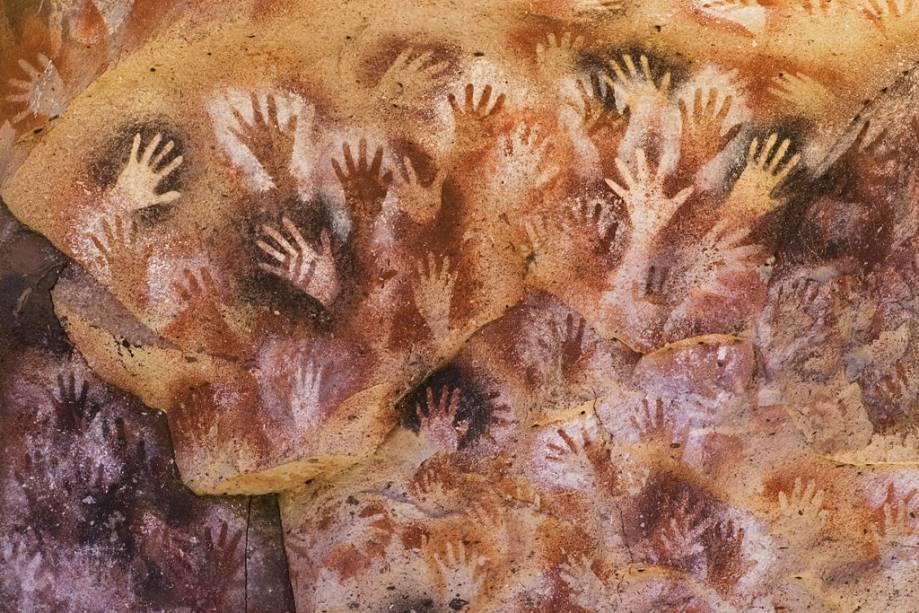 A Cueva de las Manos é a maior caverna da região.  Com paredes repletas de inscrições de cavaleiros de 13.000 anos atrás, o local foi declarado Patrimônio da Humanidade pela Unesco.