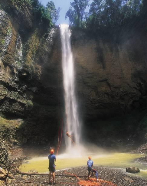Pratique cachoeira na cachoeira do Saltão, a mais alta da região de Brotas (SP), com 75 m de altura.