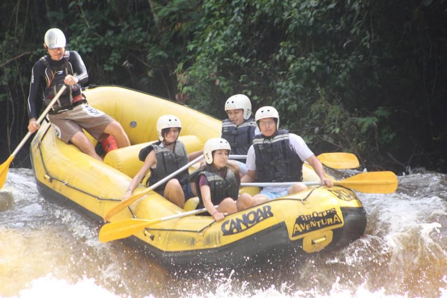 Jovem Rafting com Instrutor Canoar no Acampamento da Fazenda Estância Peraltas em Brotas (SP)