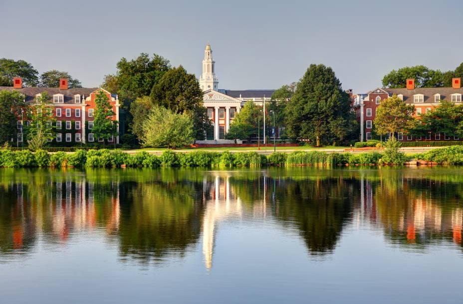 "Campus""http://viajeaqui.abril.com.br/estabelecimentos/estados-unidos-boston-atracao-harvard-university"" rel =""Universidade de Harvard"" Meta =""_vazio""> Harvard University, de frente para o Charles River"" class=""lazyload"" data-pin-nopin=""true""/></div> <p class="