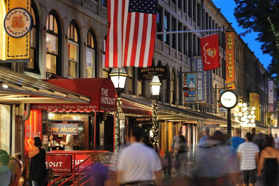 """A área de""""http://viajeaqui.abril.com.br/estabelecimentos/estados-unidos-boston-atracao-faneuil-hall"""" rel =""""Sala Faneuil"""" Meta =""""_vazio""""> Faneuil Hall é um ponto de encontro e venda desde 1742″ class=""""lazyload"""" data-pin-nopin=""""true""""/></div> <p class="""
