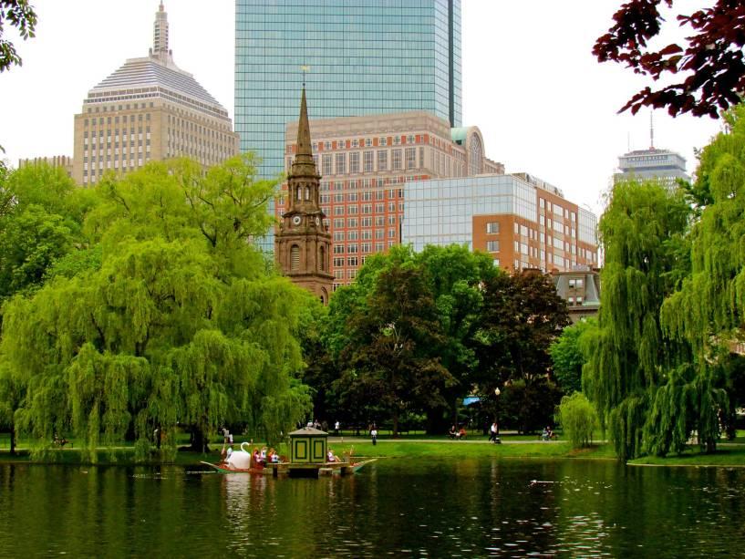 A beleza do Jardim Público de Boston com seus diferentes tipos de árvores, flores e plantas