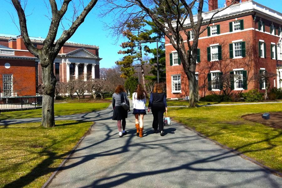 """UMA""""http://viajeaqui.abril.com.br/estabelecimentos/estados-unidos-boston-atracao-harvard-university"""" rel =""""Universidade de Harvard"""" Meta =""""_vazio""""> Harvard University, uma das instituições mais importantes do mundo, está aberta ao público.  Prédios e corredores podem ser explorados livremente pelos visitantes"""" class=""""lazyload"""" data-pin-nopin=""""true""""/></div> <p class="""