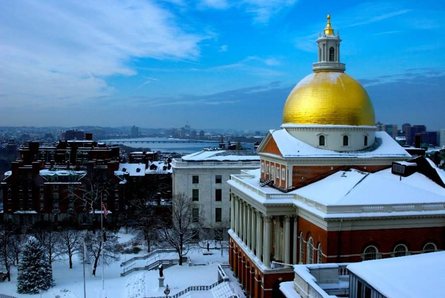 """OU""""https://malegislature.gov/"""" rel =""""State House"""" Meta =""""_vazio""""> Boston State House é a sede do governo de Massachusetts.  O edifício, construído em 1713, foi construído com elementos da arquitetura georgiana"""" class=""""lazyload"""" data-pin-nopin=""""true""""/></div> <p class="""