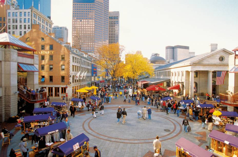 Boston é uma das melhores cidades americanas para se visitar a pé.  As áreas mais calmas são Haymarket, Bay Village e Chinatown.  A cidade, rodeada de colinas, oferece aos seus habitantes e visitantes uma magnífica paisagem.