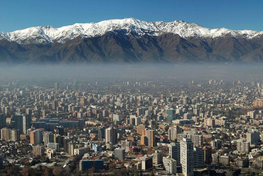A cidade de Santiago do Chile mistura ares europeus com ritmos latino-americanos.  A bela vista dos arredores é caracterizada pela proximidade da Cordilheira dos Andes.